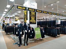 メンズフェア開催中。2階中央催事にてスーツを多数取り扱いしております。ご来店をお待ち申し上げます。