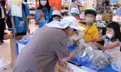 8月7日の「北海道花の日」に先駆けて、滝川イオンチアーズクラブメンバーが店頭で花束をプレゼントしました!